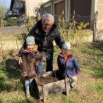 8. April: Felicia und Louisa Schnell setzen mit Opa ihre Kartoffeln.